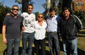 """""""Manu"""" y sus padres con Rafael Pirlo y Ariel Mairata."""