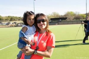 Agustina Rojas acompañada por su hija.